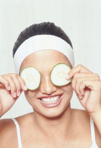 Cansız ciltlere salatalık maskesi  Cilde parlaklık ve canlılık vermesiyle bilinen salatalık maskesi aynı zamanda genişleyen gözenekleri de sıkılaştırıyor. 1 adet salatalığı rendeleyip, suyunu süzdükten sonra 1 yemek kaşığı yoğurtla karıştır ve göz çevresi hariç bütün yüzüne uygula.
